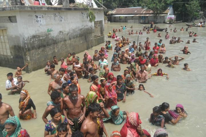 Bangladesh-crowd-walks-through-water