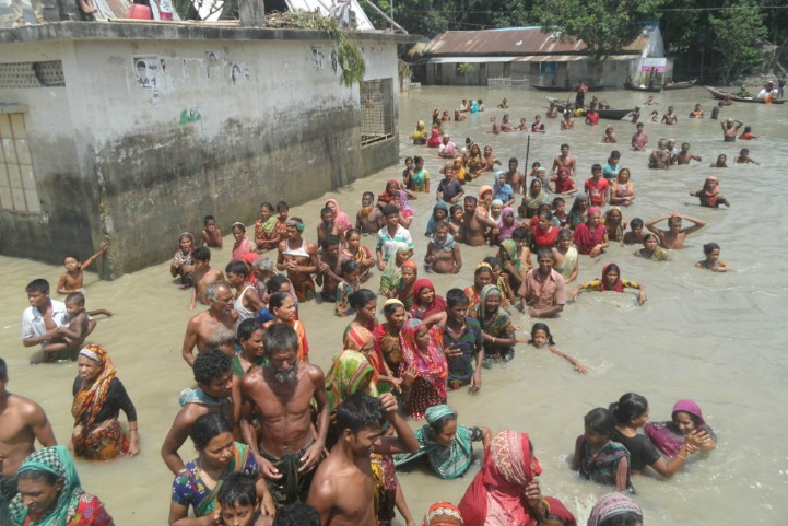 Bangladesh-crowd-walks-through-water